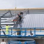Montaż dachu hali produkcyjnej